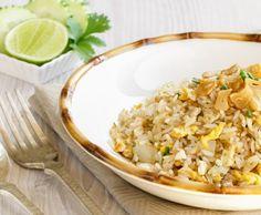 """Hoy prepararemos Arroz frito con Ajo o """"Khao Pad Kra-tiam"""" (ข้าวผัดกระเทียม) éste plato es una de las muchas variedades de uno de los platos estrella de la gastronomía tailandesa, el arroz frito, d. Chop Suey, Yangzhou, Japanese Kitchen, Spanish Cuisine, Good Healthy Recipes, Fried Rice, Catering, Food And Drink, Menu"""