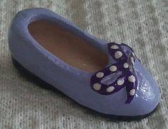 Zapatilla  modelada en barro policromada. Miniatura.