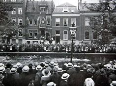 Op de foto de Schiekade in 1920, toen de Schie hier nog niet gedempt was en er zwemwedstrijden gehouden.