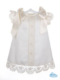 Vestido de lino para bebés con encaje de Alençon http://www.pequesybebes.es/faldones-y-vestidos-bebe-ceremonia/138-vestido-bebe-lino-encaje-de-alencon.html