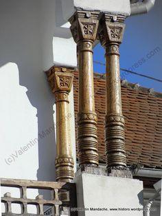 Stalpi etnografici de veranda in stil neoromanesc Construction Types, Moldova, My Town, Architecture Details, Romania, Homesteading, Facade, Traditional, Building