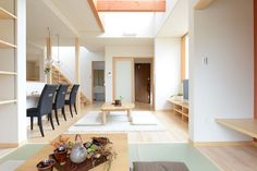 D-M house:吹き抜けリビングの天井はすっきりと吹き抜けにしました。限られた面積の中で空間を大きく使う場合、まず考えるべきことは「広さより快適さを追求すべき」ということです。