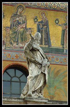 Santa Maria In Trastevere Church (in the back), Rome, Italia...