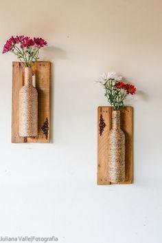 Vasos feitos em garrafas,e com molduras de caixas de feira! Uma ideia ótima e muito fofinha para enfeitar suas paredes