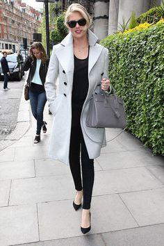Kate Upton wearing Ray-Ban Original Wayfarer Sunglasses and Saint Laurent Sac De Jour Bag All Fashion, Star Fashion, Winter Fashion, Fashion Trends, Street Fashion, Luxury Fashion, Saint Laurent, Celebrity Outfits, Celebrity Style