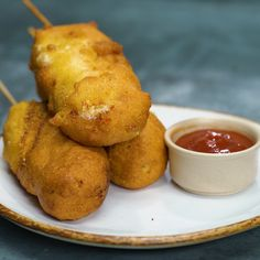 <Mac N Cheese Corndogs Mac N Cheese Corndogs – We& here to show you how it& done Appetizer Recipes, Snack Recipes, Cooking Recipes, Snacks, Appetizers, Corn Dogs, Corndog Recipe, Tapas, Hot Dog Recipes