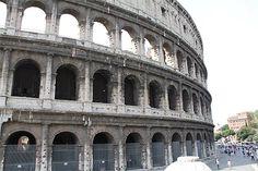 Desde hace un año, este símbolo del Imperio Romano viene sufriendo una paulatina inclinación. Se ha observado que la parte sur está en la actualidad unos 40 cm más baja que la parte norte. Esta inclinación podría ser resultado de una grieta de 13 metros de espesor que se ha abierto en una de las losas del edificio.    http://www.guiarte.com/noticias/coliseo-roma-inclinacion-rest12.html    (Foto de Pilar Alcaide Copyright)