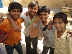 Jaisalmer: niños con carteras....