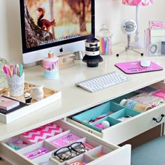 Dorm Decorating Basics Every College Student Needs To Know! – Dani Lang Dorm Decorating Basics Every College Student Needs To Know! cute desk organization for teen girl's bedroom My New Room, My Room, Dorm Room, Dream Rooms, Dream Bedroom, Warm Bedroom, Diy Bedroom, Pretty Bedroom, Teen Bedroom Desk