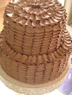 Sou uma pessoa meio insistente. Em um post anterior, falei sobre uma decoração que vi no blog I am baker, que eu adoro. Tentei fazer nobolo azul- ficou bonito, mas não era a decoração certa. Pois...