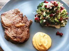 Ribeye steaks er lækkert kød, der nemt bliver mørt og saftigt. Det er vigtigt de ikke får for meget. Server evt. med hjemmelavet bearnaise.
