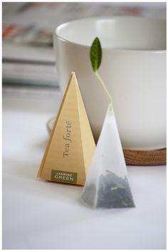 Creative tea bag and packaging Clever Packaging, Tea Packaging, Brand Packaging, Design Packaging, Jasmine Green Tea, Green Tea Benefits, Tea Design, Tea Brands, Cocoa