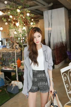 Adore the back and white patterned shorts Ulzzang Fashion, Kpop Fashion, Cute Fashion, Girl Fashion, Fashion Outfits, Korean Street Fashion, Asian Fashion, Asian Style, Korean Style