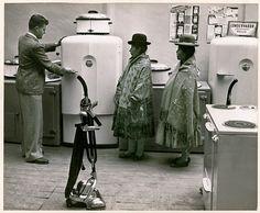 POR FENNO JACOBS. Mulheres bolivianas observam a mais nova mercadoria em loja de departamento em Agosto de 1943.