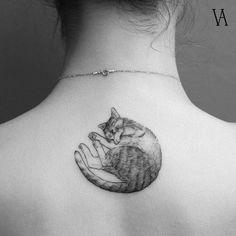 Tatuaje de un gato dormilón, situado en la parte alta de la espalda. Artista Tatuador: Violeta Arús