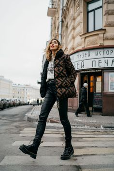 winter outfits street style Street style by Masha Sedgwick Italian Street Style, Nyc Street Style, European Street Style, Looks Street Style, Model Street Style, Street Style Women, Amsterdam Street Style, Street Styles, Dr. Martens