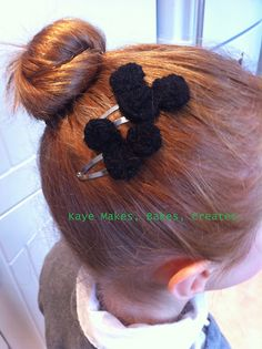 DIY finger-knitted Mickey Mouse hairslides + tutorial.