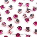 Strasssteine zum Annähen 4,5 mm Pink - diese funkelnden Strasssteine haben eine Metallfassung mit vier Löchern zum sicheren Annähen an Taschen, Kleidern oder auch zum Herstellen von Modeschmuck und mehr.Die Strasssteine sind aus Glas und funkeln herrlich. Größe: 4,5 mmInhalt: 20 Stück