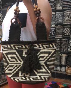 ― Artesanías El caciqueさん( 「Un arte hecho con amor y dedicación para ti. Tapestry Bag, Tapestry Crochet, Tapestries, Straw Bag, Michael Kors, Tote Bag, Instagram Posts, Pattern, Models