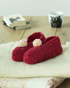Knit slippers with a ball of wool Wool Thread, Mommy Workout, Crochet Fall, Marie Claire, Chest Workouts, Knitted Slippers, Slipper Boots, Loom Knitting, Sunglasses Case