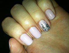 Nail polish idea: gradient glitter  Let the color gradually fade into glitter for a fresh twist.