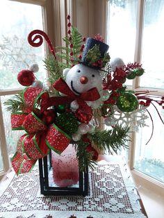 Christmas Flower Arrangements, Christmas Flowers, Christmas Bows, Rustic Christmas, Christmas Crafts, Christmas Lanterns, Christmas Door Decorations, Christmas Centerpieces, Lanterns Decor