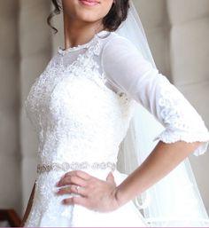 Bonjour,    Je vends ma magnifique robe de mariée faite sur mesure, inspirée des modèles Pronovias    La robe est en très bon état, portée une SEUL fois !!    Détails:  -forme: princesse  -ceinture argentée à la taille (cf photo)  -fermeture dans le dos: