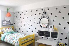 A parede lateral do quarto ainda ganhou uma intervenção que pode ser feita tanto em tinta quanto em papel contact (aprenda como aplicar papel contact na parede aqui)  que completou o visual cool do quarto dos meninos!