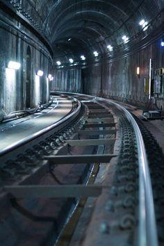 Relevância: 1 / Tags: fotografia, composição / Descrição: fotografia dos trilhos de uma estação subterrânea do metrô