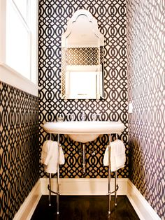 Graphic wallpaper in black and white in the bathroom