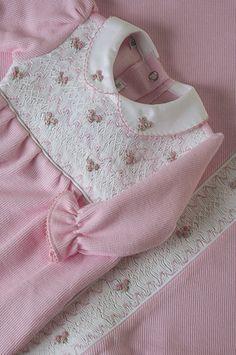 Linha Maternidade: Macacão com bordado na casinha de abelha, com manta coordenada. | Flickr - Photo Sharing!