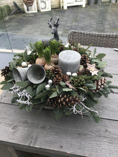 Christmas Flower Decorations, Christmas Greenery, Decorating With Christmas Lights, Christmas Flowers, Farmhouse Christmas Decor, Christmas Candle, Outdoor Christmas, Christmas Art, Christmas Wreaths