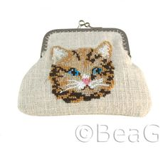 * Change purse for cat lovers! Made out of natural linen and lined with a creme-white cotton lining that is slightly padded. The cat face is embroidered by hand (cross stitch). It closes with a silvertone purse frame. * Portemonneetje voor katten lie Fashion Plus! http://socialpagemagic.com/link/tmbagsale