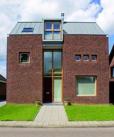 House: zinc coated dormer, zinc roof, brick wall. Woning: zinken dakkapel, zinken dakbekleding, gemetselde bakstenengevel.