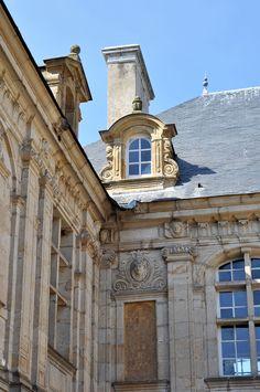 Le château de Sully en Bourgogne, dans le beau département de la Saône et Loire.
