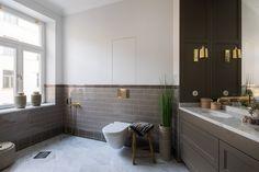 Med attraktivt läge på Övre Östermalm ligger denna smakfullt nyrenoverade familjevåning. Våningen bevarar klassiska detaljer från byggåret 1900 samtidigt som planlösningen har anpassat till en modern funktion. Mycket stort snickeribyggt kök med rymlig matplats. Vardagsrum med fungerande öppen spis. Vackra burspråk med spröjsade fönster ger stort ljus. Våningen kan disponeras med upp till fem sovrum. Två påkostade badrum samt separat gäst wc i anslutning till hall. Liten balkong i söderläge…