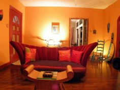 oranges wohnzimmer - moderne wandfarbe und extravagantes sofa design - Wohnzimmer streichen – 106 inspirierende Ideen
