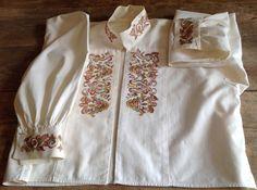Bunadskjorte fra Telemark. Skjorte i bomull, broderi i silke. Ca. str.36. Halslinning 38 cm, armlinning 23cm.