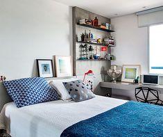 """""""A cabeceira baixa ocupa toda parede e serve de apoio para quadros. E a bancada de alvenaria estreita é o bastante para o pequeno office."""""""