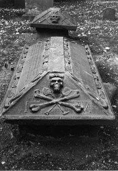On the Île Sainte-Marie there remains 30 graves belonging to pirates who once lived there.
