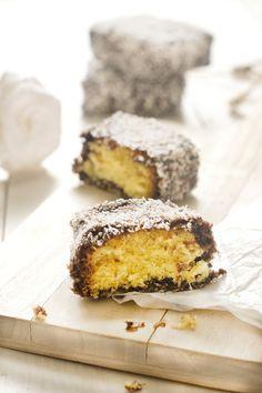 Receta del dulce australiano lamingtons, con bizcocho y glaseado de chocolate y coco. Consejos de elaboración paso a paso y fotos.