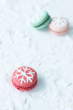 Snowflake Stenciled Macarons for the Holidays Christmas Sweets, Noel Christmas, Christmas Baking, Christmas Cookies, Macaroons Christmas, Christmas Ideas, Xmas, Christmas Wedding, Macarons