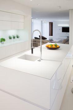 Nowoczesna, biała, drewniana kuchnia. Szafki wykonane na wysoki połysk idealnie pasują do minimalistycznej aranżacji || Modern, white, wooden kitchen. High gloss cabinets are perfect for the minimalist interior