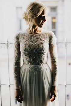 Une robe de mariée brodée de perles et de cristaux