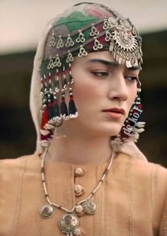 Brave Women, Turkish Beauty, Ear Jewelry, Turkish Actors, Muslim Fashion, College Girls, Fashion History, Celebrities, Hair Styles