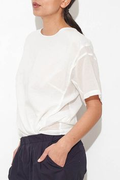 Never enough white shirts! Over 50 Womens Fashion, Love Fashion, Fashion Design, Fashion Details, White Chic, White Shirts, Minimal Fashion, White Tops, Sleeve Styles