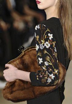 Miu Miu Fall 2011.  Diese und weitere Taschen auf www.designertaschen-shops.de entdecken