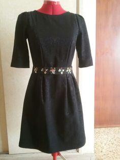 Vestito nero broccato con cintura decorata