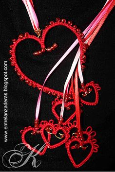 Collar de corazones de Frivolite Hearts Tatted Necklace NOTE: normally I don't like overly heart-y things, but this is nice Tatting Necklace, Tatting Jewelry, Lace Jewelry, Jewelry Crafts, Jewelery, Needle Tatting, Tatting Lace, Heart Tat, Tatting Tutorial