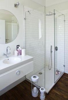 aménagement salle de bain avec un miroir rond et douche à l'italienne